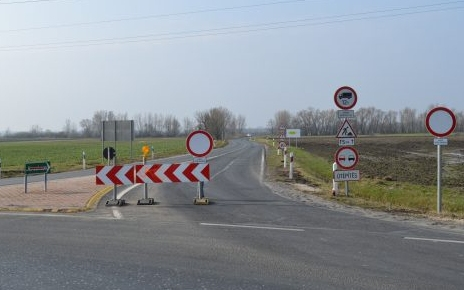 Road blocked between Pápa and Kéttornyúlak